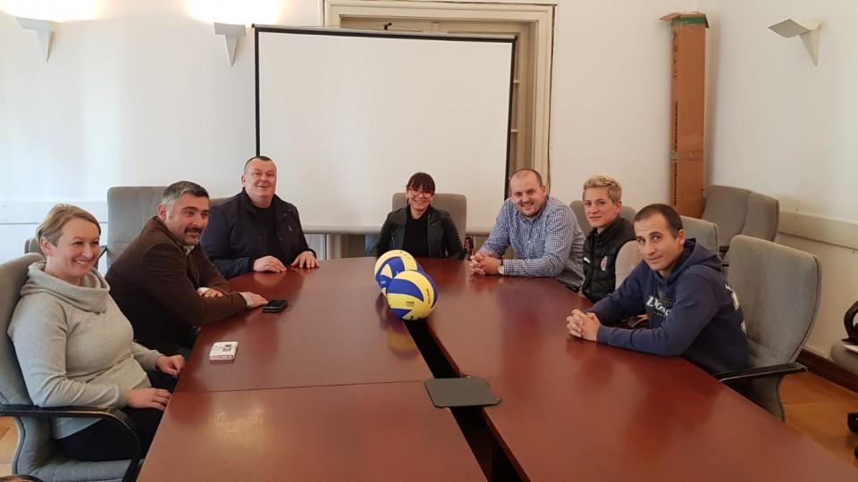 Hrvatski odbojkaški savez poklonio lopte klubovima u znak zahvalnosti za pomoć pri organizaciji Europskog U16 prvenstva